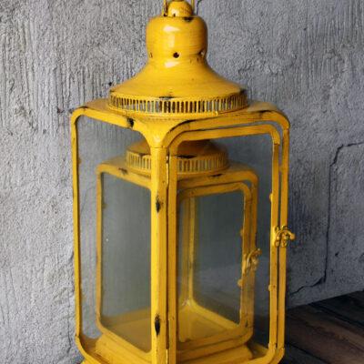 Lykta i metall och glas. Sälj i set om 2. kommer även i vinröd och gul. Material: Metall, Glas Storlek: B20 x H55 cm Färg: Svart, Gul Vinröd